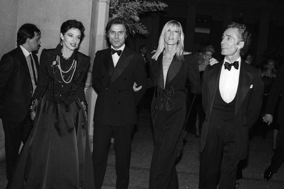 סיפרה שהיא היתה ההשראה של סן לורן ליצור את הטוקסידו הגברי לנשים. במרכז: בטי ופרנסואה קטרו ב-1983 (צילום: rex/asap creative)