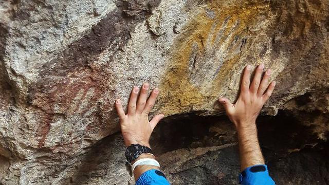סימני הידיים במערה ()
