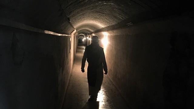 המנהרה שמובילה בין כרמי היקב למנזר (צילום: יעל לרנר) (צילום: יעל לרנר)