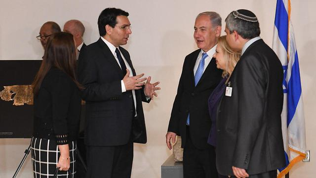 Israeli Ambassador Danon gives Netanyahu, his wife, and Minister Ze'ev Elkin a tour of the exhibition (Photo: Nir Arieli)