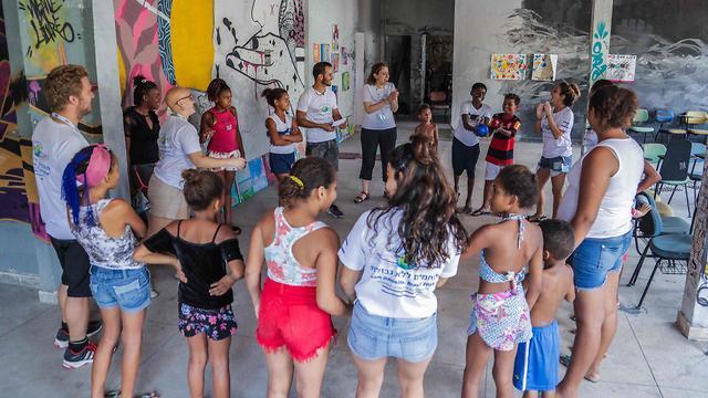 התרמילאים הישראלים עם ילדי ריו (צילום: ליאור ספרנדאו) (צילום: ליאור ספרנדאו)