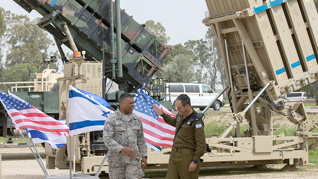 3rd Air Force Commander Lt.-Gen. Richard Clark (L) and Commander of IDF Aerial Defense Brig.-Gen. Zvika Haimovich (Photo: EPA)