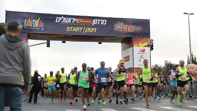 רגע ההזנקה. מרתון ירושלים יוצא לדרך (צילום: פלאש 90) (צילום: פלאש 90)