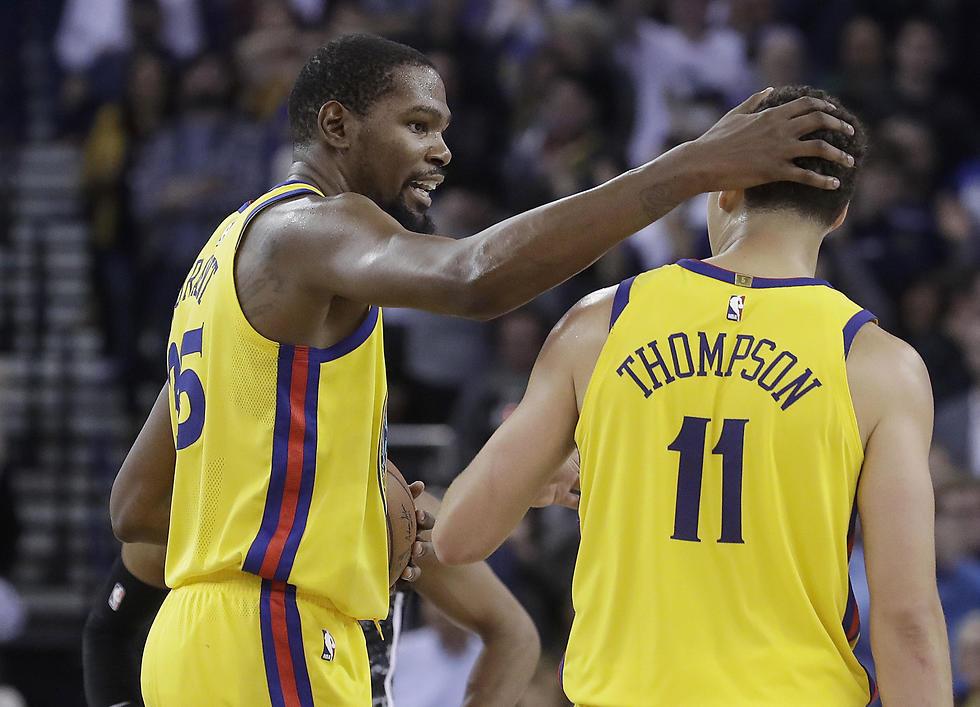 דוראנט ותומפסון חוגגים את הניצחון הדרמטי (צילום: AP)