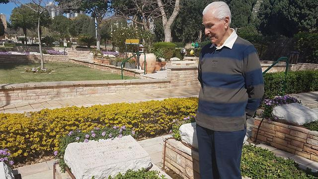 Nav. Elgen Long standing over the grave of his friend at the Haifa military cemetery (Photo: Shamir Elbaz)