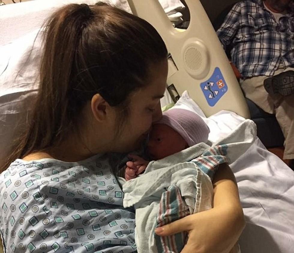 """""""אני ברת מזל"""" - אופר ובנה לאחר הלידה המפתיעה (צילום: SWNS) (צילום: SWNS)"""