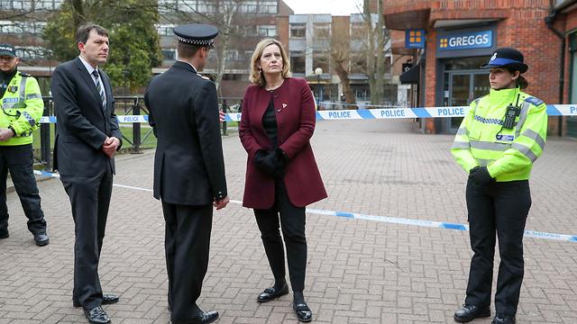 Министр внутренних дел Великобритании Эмбер Радд осматривает место покушения. Фото: AP