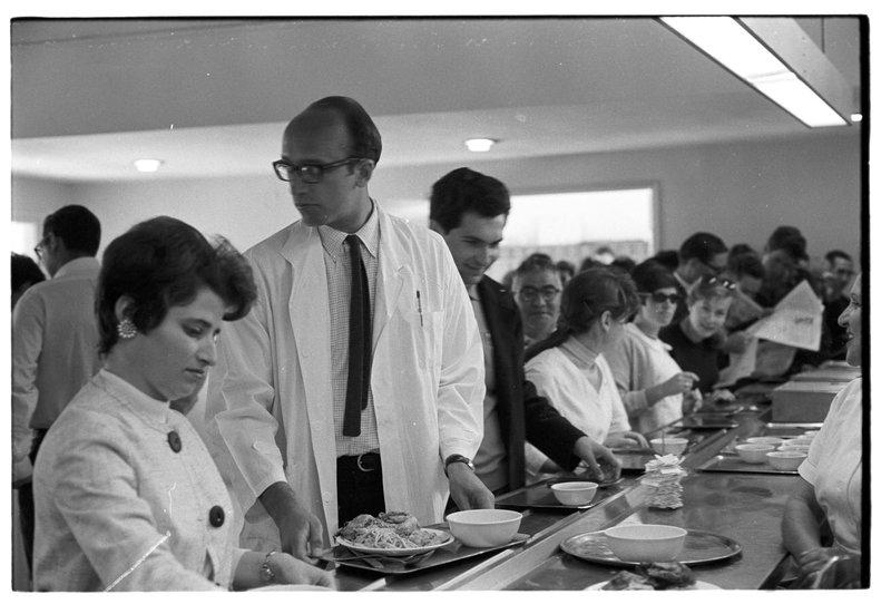 Американские врачи во время визита в израильскую больницу обедают в столовой. Фото: Давид Рубингер