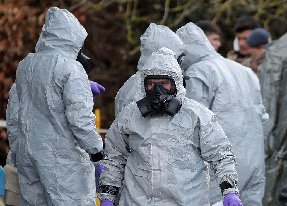חוקרים ליד אתר ההרעלה בסולסברי, אנגליה (צילום: AP) (צילום: AP)