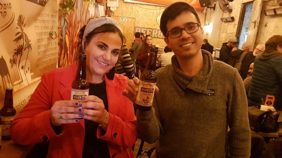 """""""מנסה לספר את הסיפור הייחודי של ירוחם דרך הבירה"""". משה גלנץ עם אשתו יעל (צילום: אסף קמר) (צילום: אסף קמר)"""