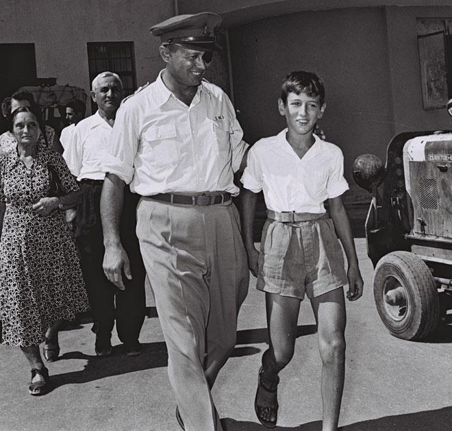"""הילד אסי דיין עם אביו משה. בבגרותו עורר שערוריות רבות, מכל הסוגים (צילום: הנס פין, לע""""מ)"""