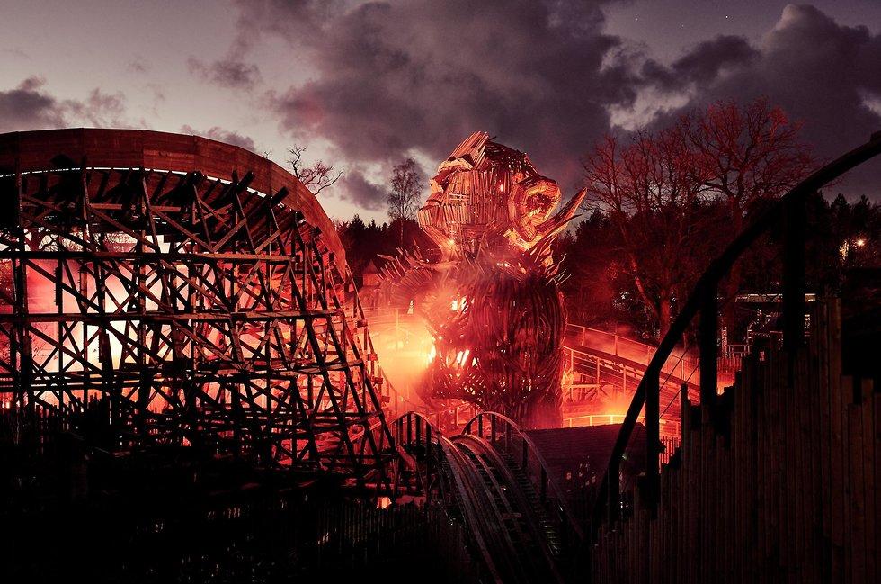 שילוב של אש ורכבת מעץ (צילום מתוך עמוד הפייסבוק של Alton Towers)