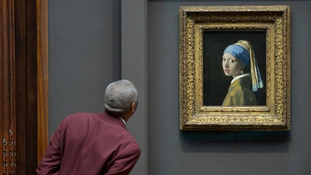 מה מסתתר מאחורי הנערה? הציור נערה עם עגיל פנינה (צילום: AFP) (צילום: AFP)
