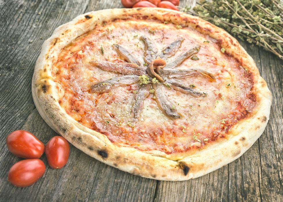 משתלבים נהדר עם הבצק הקראנצ'י. פיצה עם אנשובי (צילום: shutterstock) (צילום: shutterstock)
