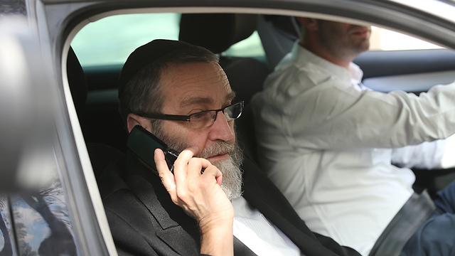"""ח""""כ גפני מגיע לישיבת ראשי הקואליציה (צילום: אלכס קולומויסקי)"""