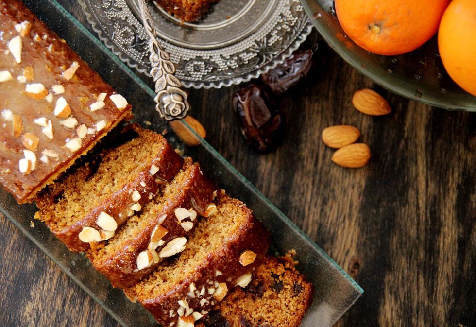 עוגת תמרים טבעונית עם שקדים וקינמון (צילום: דפנה אוסטר מיכאל)