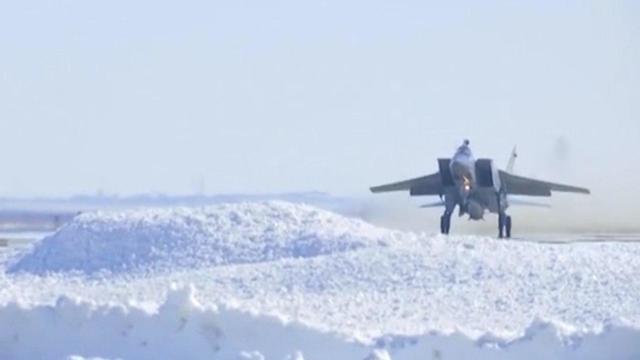 בוצע שדרוג למיג-31 כדי לאפשר לו לשאת את הטיל. המטוס ממריא לפני השיגור ()