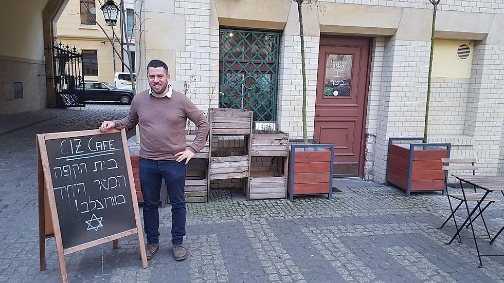 """הרב מחוץ לבית הקפה הכשר, """"צ'יש"""" (צילום: איתמר אייכנר) (צילום: איתמר אייכנר)"""