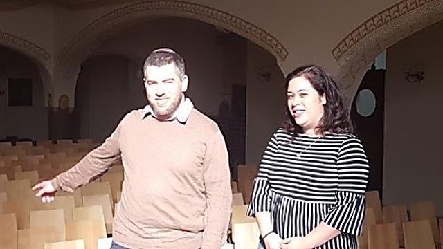 """""""אם אני הייתי שם את המחיצה, אנשים לא היו באים לבית הכנסת"""". הרב והרבנית בסוק בבית הכנסת (צילום: איתמר אייכנר) (צילום: איתמר אייכנר)"""