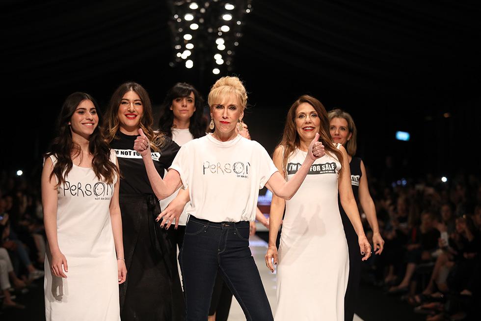 """שחקניות סדרת הטלוויזיה """"ההרמון"""" בחולצות תרומה לעמותה (צילום: אורית פניני)"""