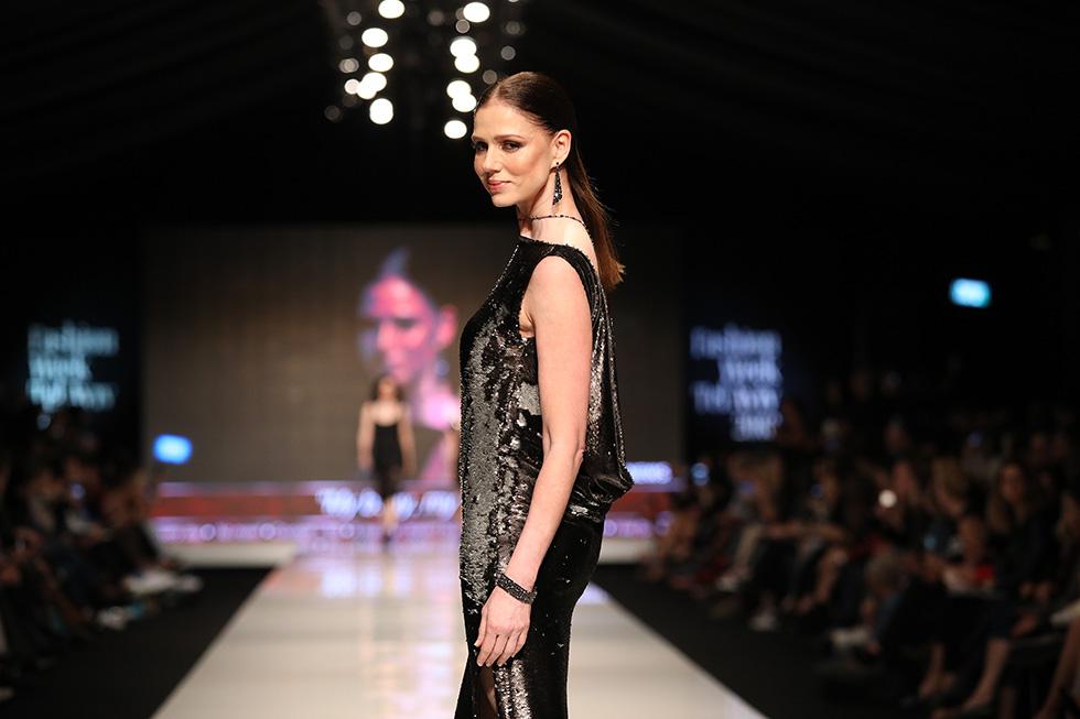 רונית יודקביץ' בשמלה של דניס על המסלול (צילום: אורית פניני)