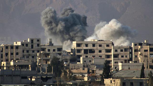 הושלם כיתור דומא. הפצצות צבא אסד במזרח רוטה (צילום: AFP) (צילום: AFP)
