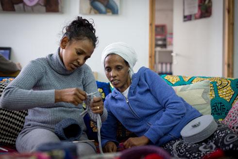 הנשים מלמדות האחת את רעותה את המלאכה (צילום: מרים אלסטר)