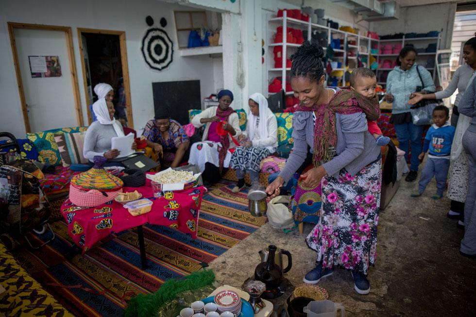 בנוסף על פעילות הסריגה, מארחות הנשים בסדנת העמותה שיעורי קרושה, ארוחות מסורתיות וטקסי קפה. ''המקום הזה הוא כמו בית שלנו'', הן אומרות. לכאן הן באות לנוח, לאכול ולדבר. מי שמעוניין לקנות מוזמן להגיע, והן עורכות גם מכירות בבתים, לפי הזמנה (צילום: מרים אלסטר)