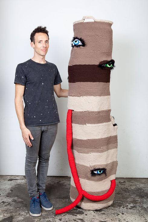 """גיל יפמן והסל שיצר לתערוכה במוזיאון חיפה. """"אנחנו עוסקים בנושאים דומים מזוויות שונות""""   (צילום: רונה יפמן)"""