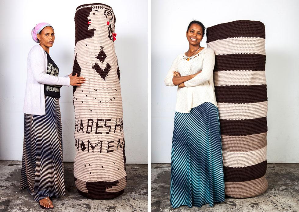 """סאלמאווית הגוס ואכברת אברה עם הסלים שיצרו בעבודה משותפת עם האמן גיל יפמן, ומוצגים כעת בתערוכה שלו במוזיאון חיפה. """"היו לי הרעיונות שלי, היתה אג'נדה"""", אומר יפמן, """"אבל הסגנון היה לגמרי שלהן"""" (צילום: רונה יפמן)"""