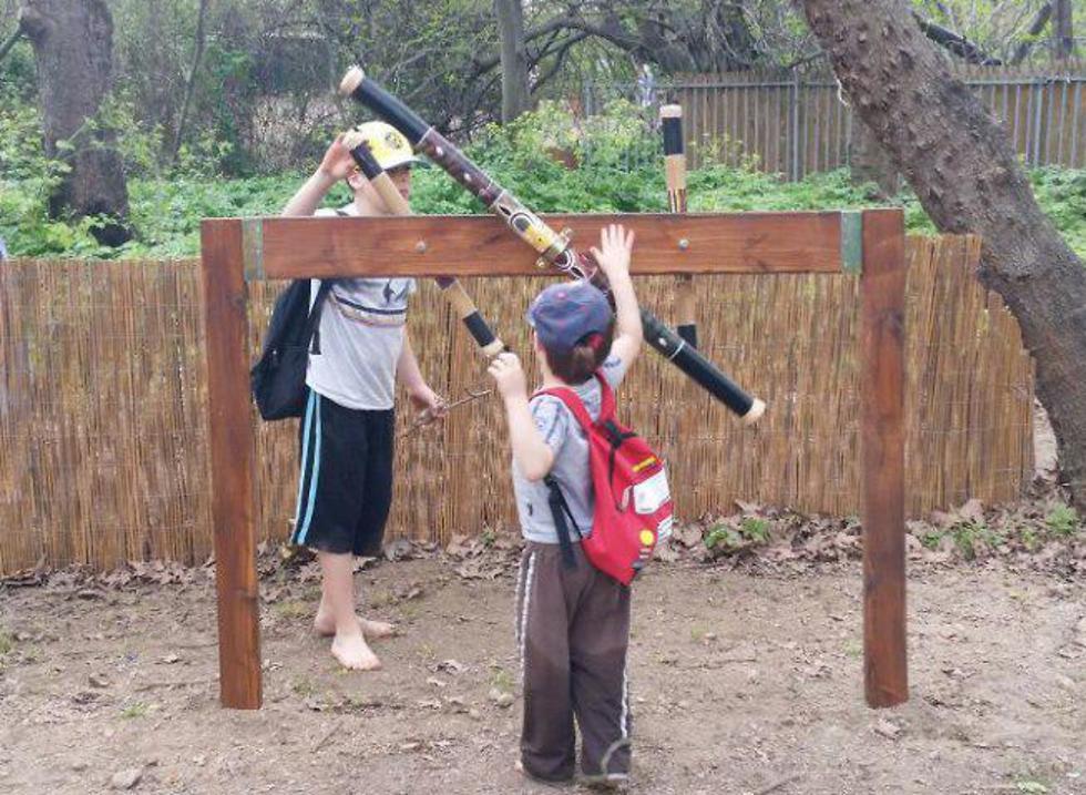 יחפים בפארק (צילום: חגי שלמה, רשות הטבע והגנים) (צילום: חגי שלמה, רשות הטבע והגנים)