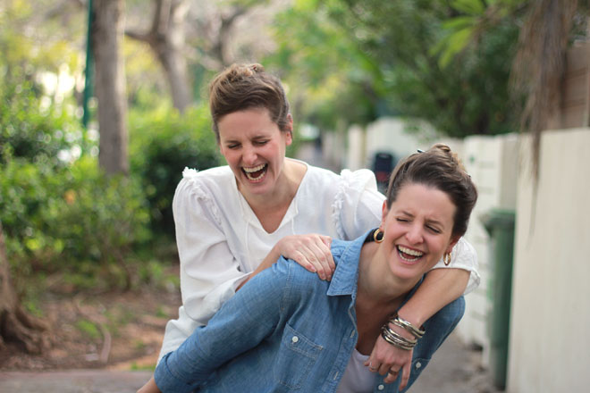 """תאומות זהות מאוד: """"לא מצליחות להיפרד. גם לא כדי למצוא זוגיות"""" (צילום: גלי לויטה ליבוביץ)"""