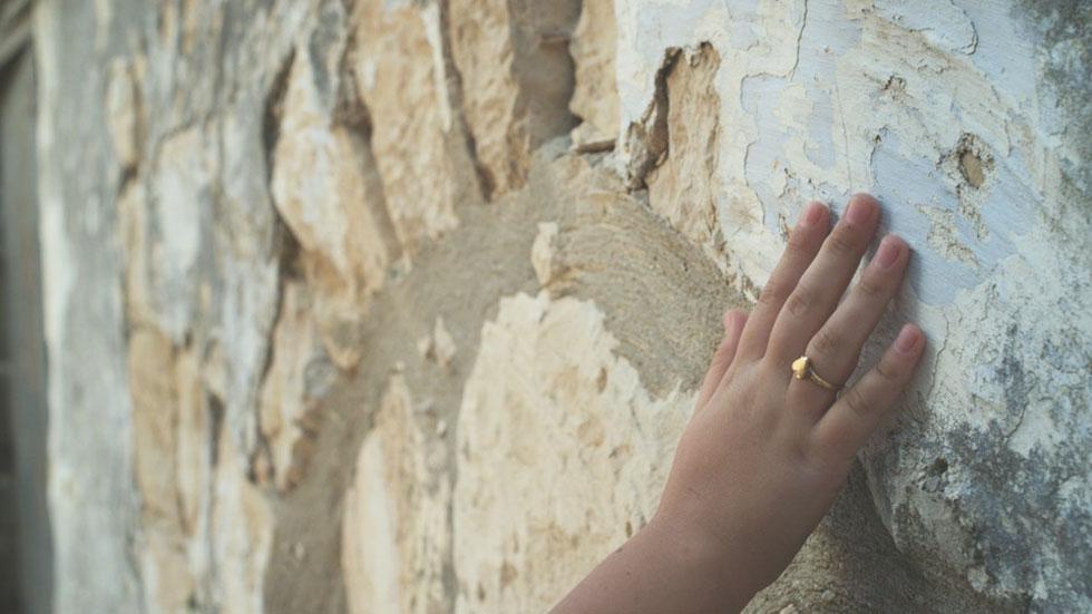 נילי פורטוגלי חוזרת לילדותה בצפת העתיקה, בניסיון לקשור בין הסמטאות, המלון של סבתה והקסם הישן לבין גישתה שלה לתכנון בבוא היום (צילום: באדיבות פסטיבל אפוס)