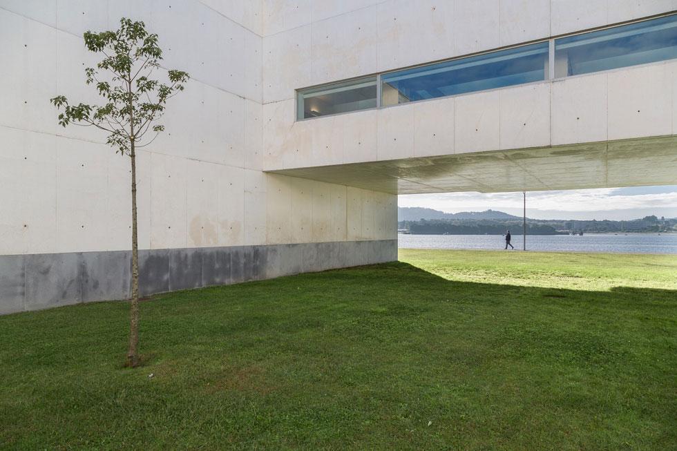 בנייניו של אלברו סיזה, מהאדריכלים המוערכים בתבל, משמשים רקע לשיחה ארוכה איתו, בין השאר לוויכוח על שאלת היופי, כשהבניינים מוצגים במצבם האמיתי (צילום: באדיבות פסטיבל אפוס)