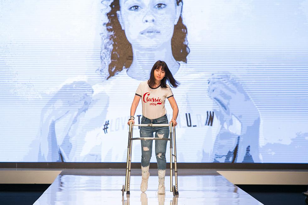 אלונה נאומוב, בת 20 מאשדוד, שנולדה עם שיתוק מוחין, בתצוגת האופנה של טוונטיפורסבן (צילום: ענבל מרמרי)