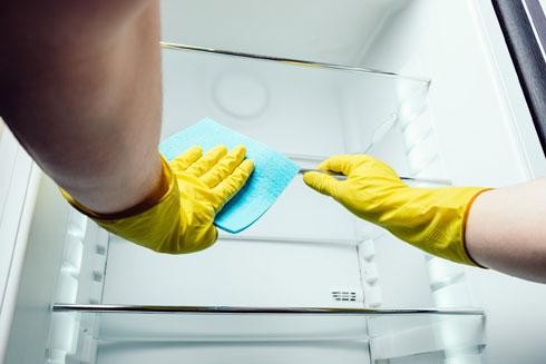 רכזו את המזונות הרגישים על מדף אחד במקרר (צילום: Shutterstock)