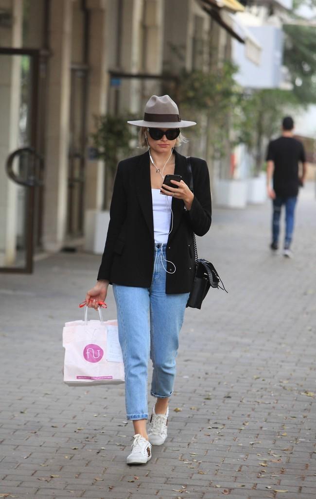 """""""אני הולכת לי ככה ברחוב"""". אלכסה דול (צילום: מוטי לבטון)"""