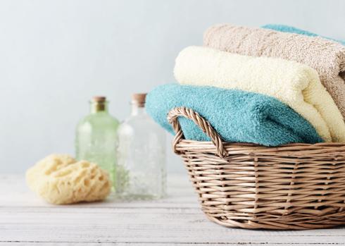 כשאנו משתמשים במגבת משומשת אנחנו למעשה מחזירים את החיידקים לגופנו, אחרי שכבר שטפנו אותם מעלינו במקלחת (צילום: Shutterstock)