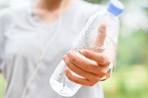 בקבוקי פלסטיק שלא עברו רחיצה עלולים להיות מזוהמים בחיידקים יותר מאשר קערת מזון של כלב (צילום: Shutterstock)