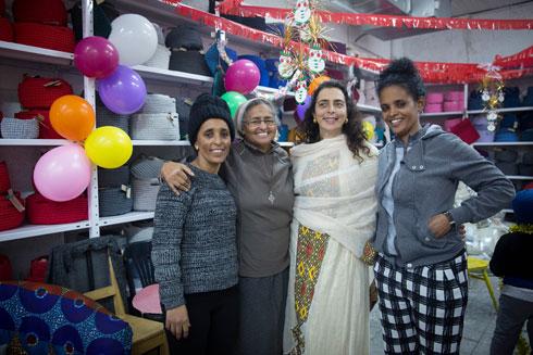 דידי מימון-קהן (שנייה מימין), מייסדת העמותה, וסיסטר עזיזה (שנייה משמאל), האם הרוחנית של הקהילה (צילום: מרים אלסטר)