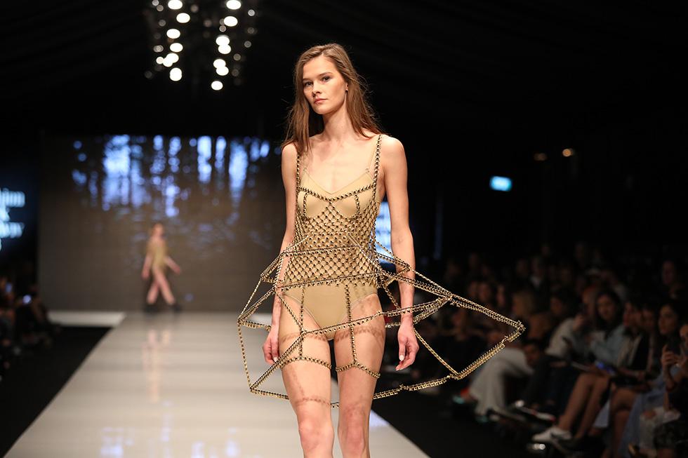 תכשיט או שמלה? התצוגה של מיה גלר (צילום: אורית פניני)