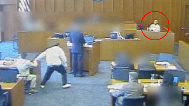 הנאשם סייאל אנגילו קם מכיסאו וחטף עט מהשולחן של עורך דינו (צילום: youtube)
