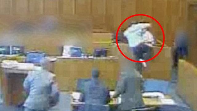 ואז קפץ לעבר דוכן העדים וניסה לתקוף את העד (צילום: youtube)