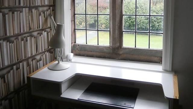 חלון ושולחן להשראה (צילום: מתוך הפייסבוק של Gladstone's Library) (צילום: מתוך הפייסבוק של Gladstone's Library)