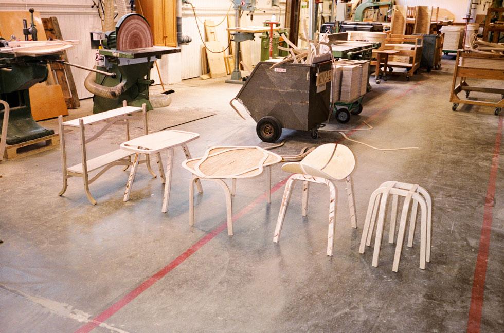 במפעל של חברת הרהיטים swedese ארגנה פורסטר סדנה בת יומיים שבמהלכה מעצבים שוודיים עיצבו רהיטים שובי לב מפסולת עץ (צילום: באדיבות swedese)