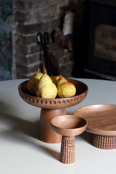 גילוף העץ המסורתי בכלי הגשה בעיצוב מוניקה פורסטר (צילום: Almin Zrno באדיבות: ZANAT)