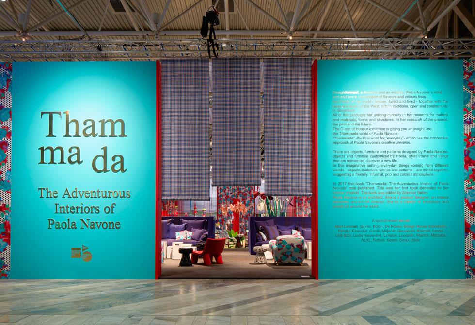 """אורחת הכבוד ביריד היתה האדריכלית והמעצבת האיטלקיה פאולה נבונה. הביתן שלה, שמשמעות שמו התאילנדי היא """"רגיל"""", היה לגמרי לא רגיל - אוהל ענק עשוי מיריעות פלסטיק זולות, שהזמין את המבקרים לשוטט ולחגוג צבעוניות עזה ומגוון חומרים   (צילום: Mathias Nero באדיבות: Stockholm Furniture & Light Fair)"""