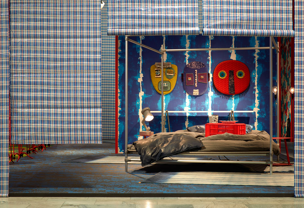 המבקרים באוהל של נבונה הוזמנו לגעת ואף לנוח על המוצגים  (צילום: Mathias Nero באדיבות: Stockholm Furniture & Light Fair)