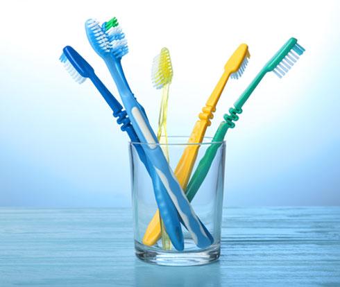 אורך החיים המרבי של מברשת שיניים לא עולה על שלושה חודשים  (צילום: Shutterstock)