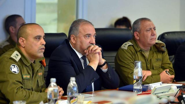 """ליברמן לצד הרמטכ""""ל איזנקוט ואלוף פיקוד העורף תמיר ידעי (צילום: אריאל חרמוני, משרד הביטחון)"""